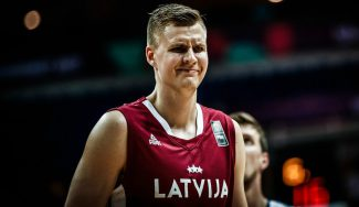 Porzingis pone el show en su estreno oficial con Letonia: taponazo y mate brutal (Vídeo)