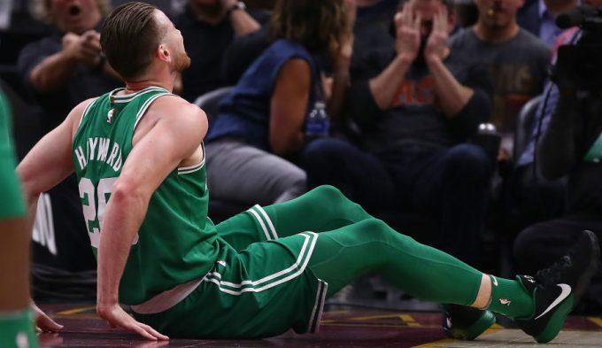 Una escalofriante lesión de Hayward marca el reencuentro entre LeBron e Irving (Vídeo)