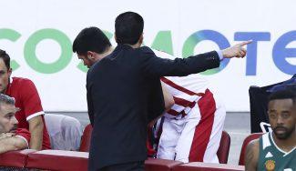 Papanikolaou, 'castigado' al vestuario en pleno derbi por hablar con los árbitros (Vídeo)