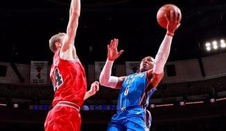 Westbrook conquista al rival que le faltaba: triple-doble de récord ante los Bulls (Vídeo)