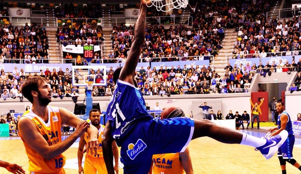 Primera victoria ACB del Burgos: Saiz tapona, Thompson machaca y la grada canta (Vídeos)