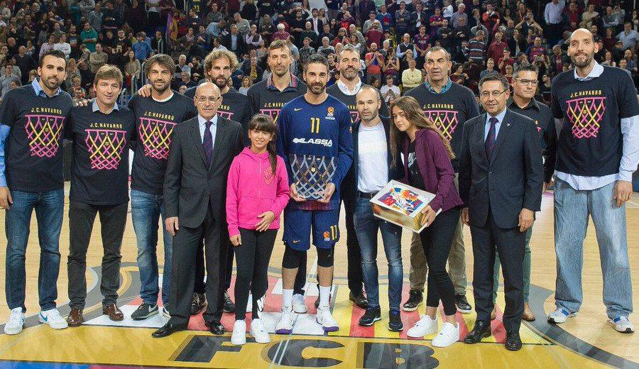 Emotivo homenaje del Palau a Navarro por los veinte años de su debut en el Barça (Vídeo)