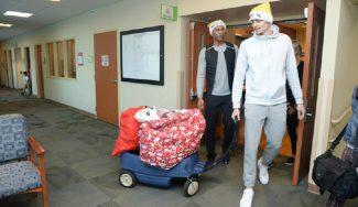 Juancho Hernangómez reparte regalos a los niños de un hospital de Denver