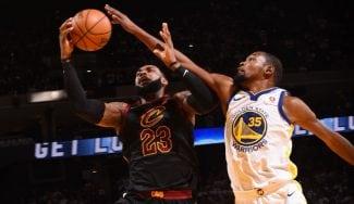 LeBron tenía razón: la NBA admite hasta tres faltas no pitadas a Durant