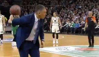 Asistencia top: Jasikevicius protesta y le pasa el balón al árbitro… ¡por la espalda! (Vídeo)