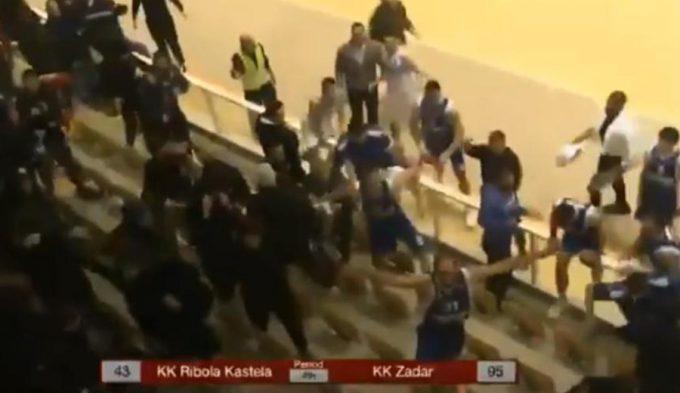 Insólito: un equipo salta a la grada a proteger a sus fans de la policía
