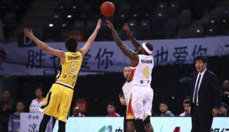 Rice ya brilla en China: máximo anotador de su equipo ante Marbury