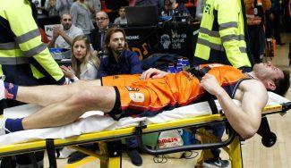 Van Rossom, otra baja en el Valencia: retirado ante el Khimki en camilla