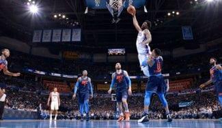 Westbrook se lleva un póster de Embiid antes de salirse y ganar el partido