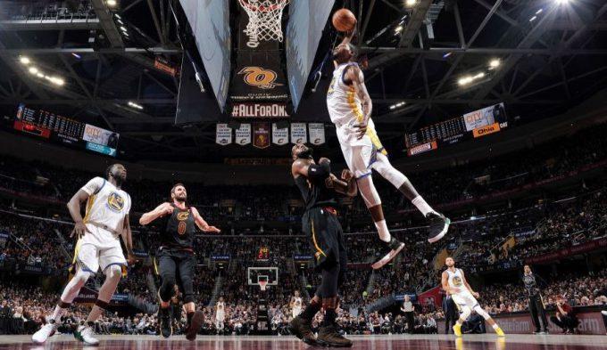 Los Warriors asaltan Cleveland: póster de Durant a un LeBron optimista