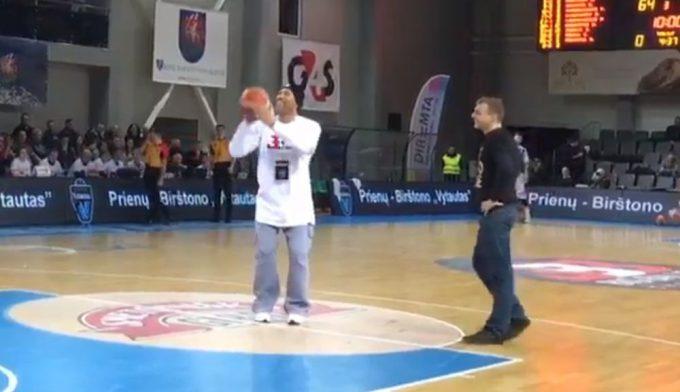 ¡Airball! Así pierde papá Ball un concurso de tiros libres con un fan