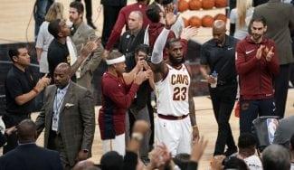 «Es un momento especial». LeBron hace historia… pero vuelve a perder