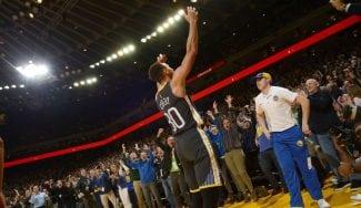 Recital de Curry: mete 13 puntos en 1:42 para ganar el duelo a Irving
