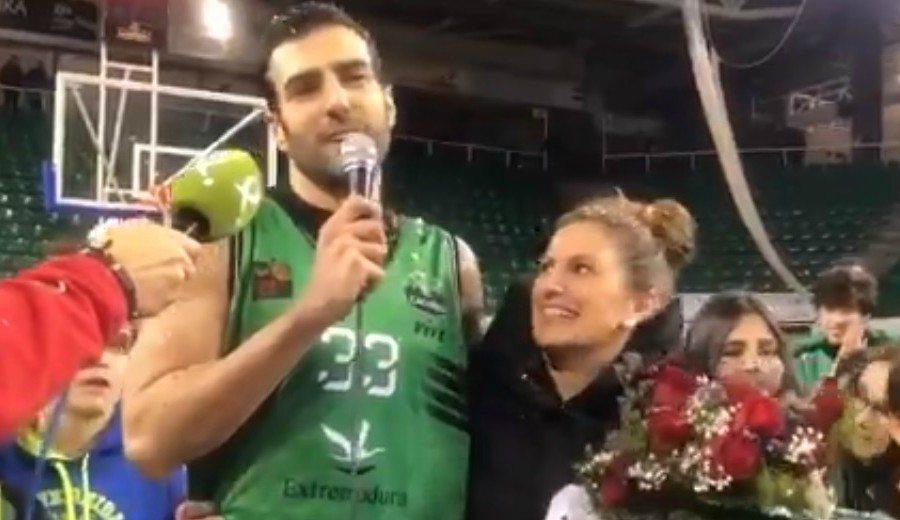Un jugador de LEB pide matrimonio a su novia con ayuda de cantera y afición