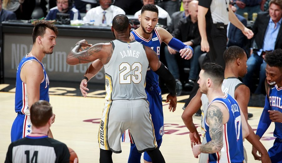 Los 76ers ganan a los Cavs; Embiid y Simmons cortejan a LeBron