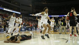 Jordan Poole (Michigan) anota un triple con estilo para ganar