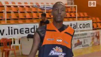 Whitaker, el primer jugador de basket profesional con sólo un brazo