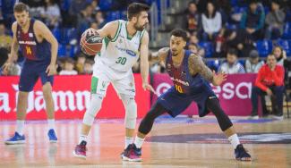 El Barcelona pone una nueva piedra en el camino del Betis con una paliza histórica