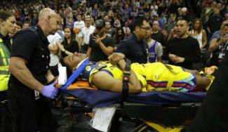 Patrick McCaw, retirado en camilla tras una espeluznante caída