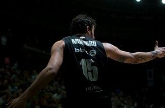 El emotivo homenaje del Bilbao Basket a Álex Mumbrú en su despedida