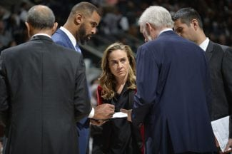 Becky Hammon, cerca de hacer historia: candidata a entrenar a los Bucks