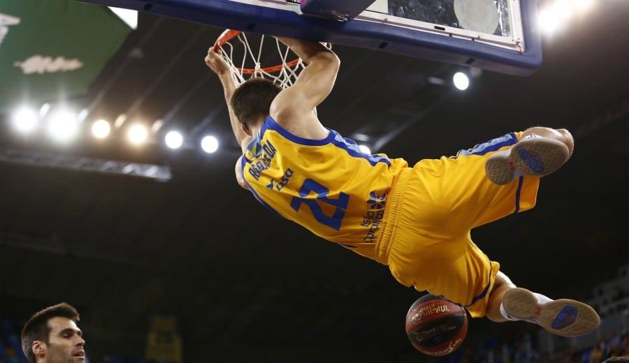 El Herbalife Gran Canaria arrasa al Valencia Basket y alarga la serie