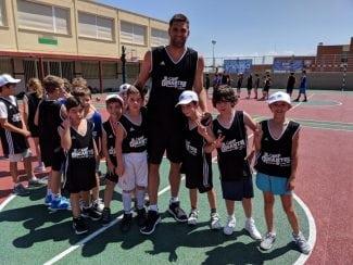 Felipe Reyes comparte sus conocimientos con los participantes del Jr Camp Gigantes Basket Lover