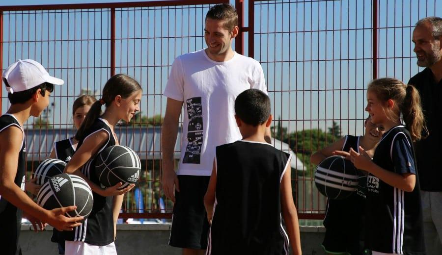 Fabien Causeur sorprende a los niños del Jr Camp Gigantes Basket Lover