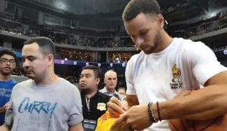 Stephen Curry mete triples imposibles… ¡hasta mientras firma autógrafos!