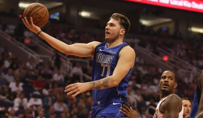 Espectacular Devin Booker en el debut irregular de Doncic en la NBA