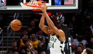 Giannis Antetokounmpo somete a los Cleveland Cavaliers