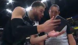 Lo nunca visto: le enseña una tablet al árbitro para protestar una jugada