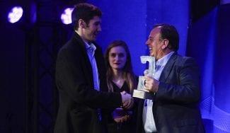 A la épica: Brizuela esprinta por la Gran Vía para llegar a los Premios Gigantes