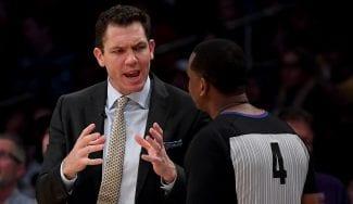 Los Lakers caen ante los Warriors y Walton pierde los papeles con sus jugadores