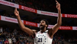 Joel Embiid se luce ante los Indiana Pacers