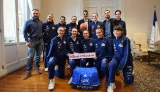 El equipo EASO Slam! Gigantes, protagonista de la campaña Goazen Neskak en Donostia