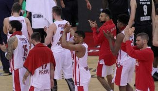 El Olympiacos evita el descenso gracias a la renuncia del árbitro al que señaló