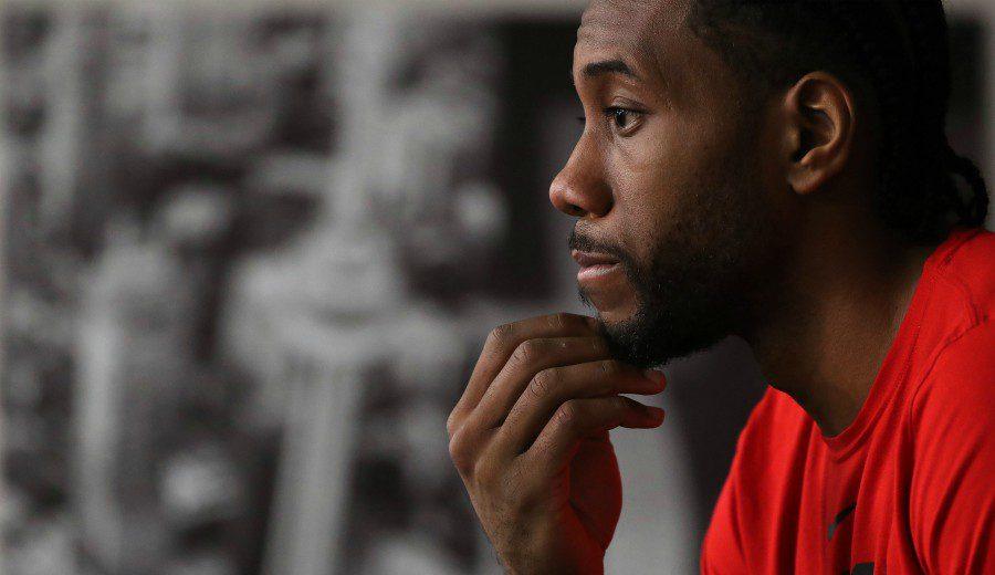 Kawhi Leonard ficha por los Clippers, donde jugará con el traspasado Paul George
