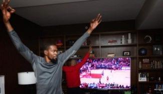 Kevin Durant celebra la victoria de los Warriors desde casa