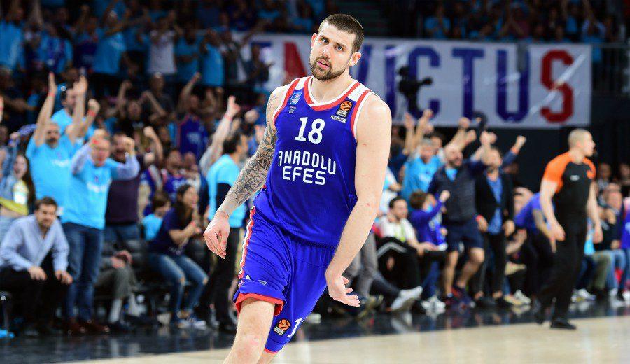 Los triples del Efes alejan el sueño de la F4 del Barça