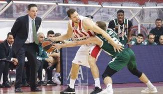 Olympiacos se retira de los playoffs y Pitino bromea: «Nos vamos a Mykonos de vacas»