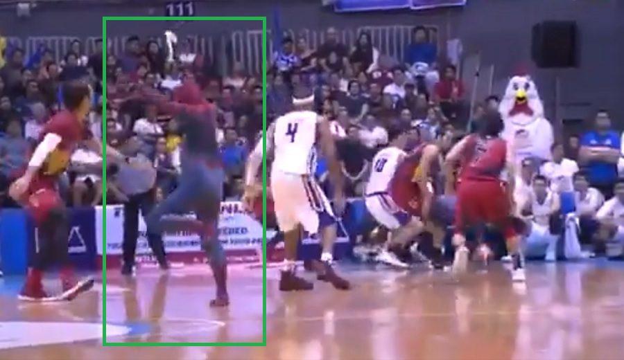 Un fan vestido de Spiderman interrumpe la final de la copa filipina