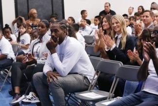 Kawhi, solidario: regala un millón de mochilas para niños de los Clippers