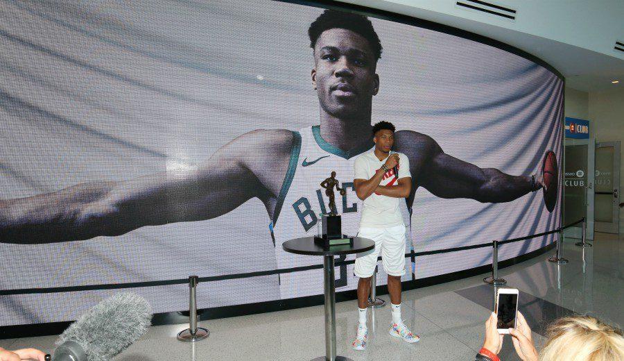 Milwaukee Bucks, multado… ¡por querer renovar a Antetokounmpo!