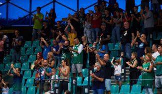 La liga polaca regresa con aficionados… y una medida chocante