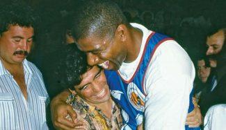La reunión de dos genios en 1994: Magic Johnson y Maradona juntos en la cancha (Vídeo)