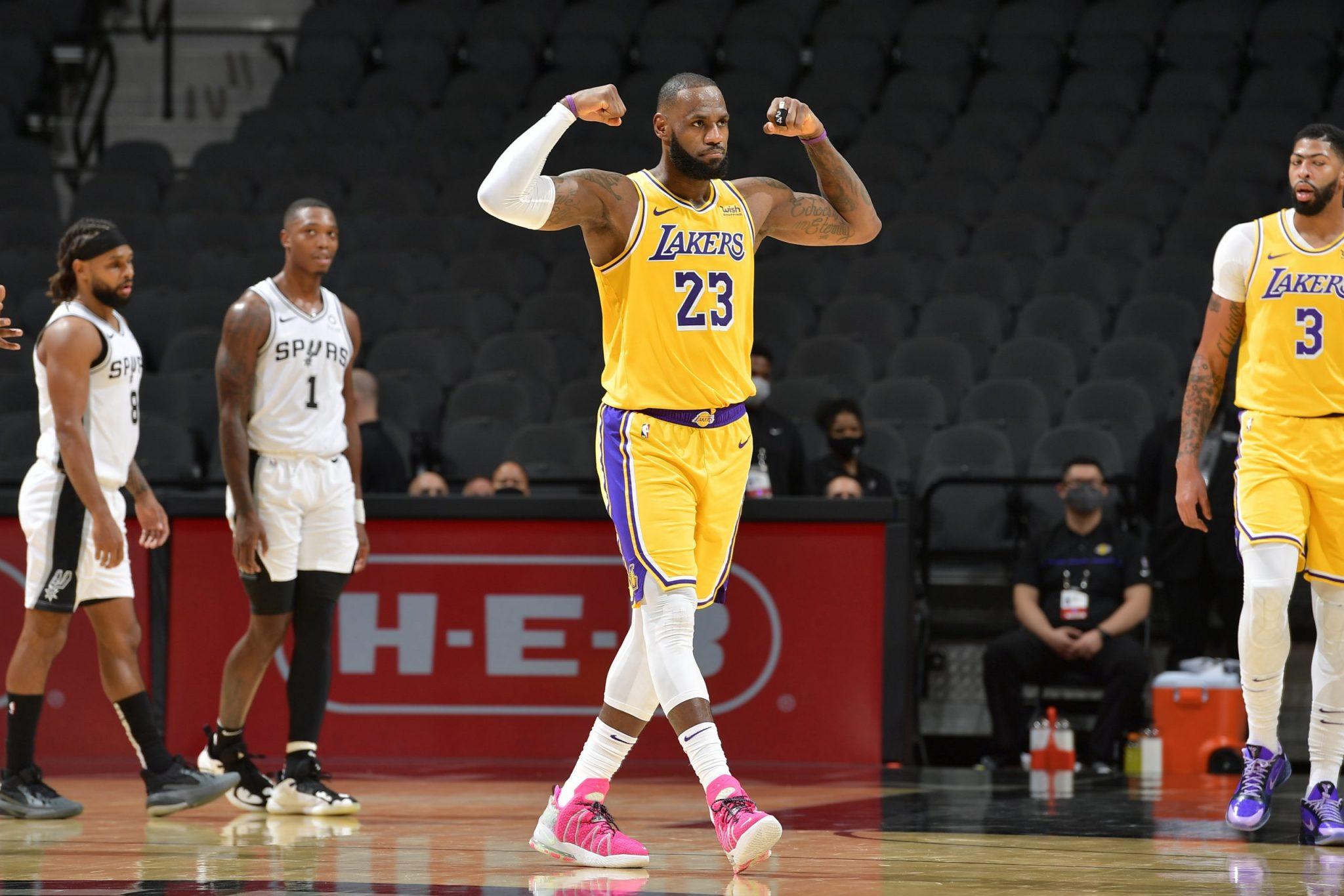 Histórico LeBron James: único jugador en llegar a 1000 partidos con dobles dígitos de manera consecutiva