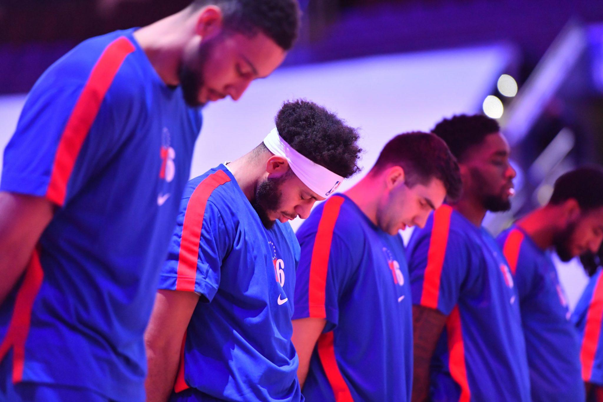 Los Sixers y el positivo de Curry.  El jugador (en el banquillo) se enteró al final del primer cuarto