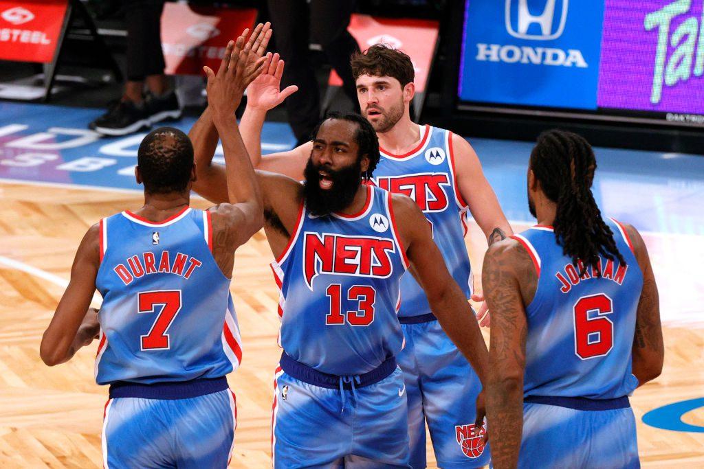 Histórico debut de James Harden con los Nets (Vídeo)