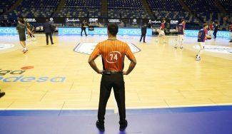 ¿Por qué empezó con dos árbitros el Unicaja-Baskonia? La historia y lo que dice el reglamento